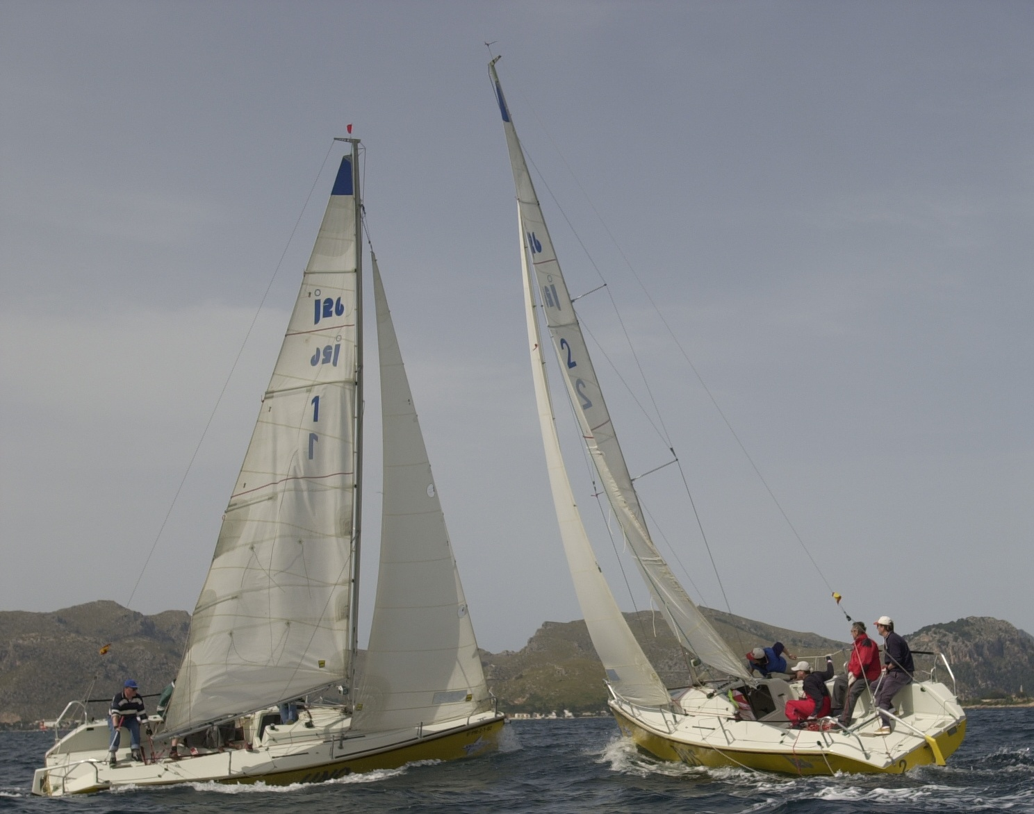 Wende kleines Kielboot mit Pinnenausleger in der MasterClass Pollensa Segeln Mallorca